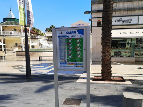 Arona renueva decenas de marquesinas con información actualizada del servicio de taxis